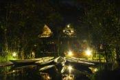 Sacha Lodge bei Nacht