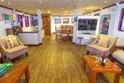 Galapagos Kreuzfahrt Yacht San José - Lounge & Kaffeestation
