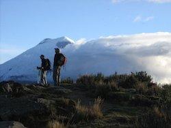 Trekkingtouren Ecuador - Wanderer vor dem Cotopaxi