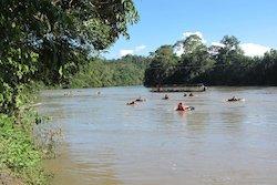 In der Liana mit Schwimmreifen den Fluss hinuntertreiben