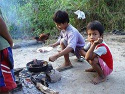 Amazonas Expedition - Kinder am Kochen auf offenem Feuer