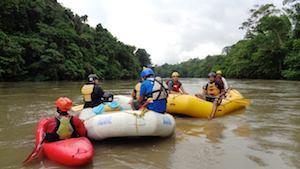 Rollstuhlfahrer bei Rafting im Amazonas